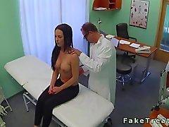 Doctor knulla en storbystade Liten och nätt patient i sitt rum