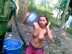 Bangladeshi - Deshi Mädchen Baden im Freien und Recording