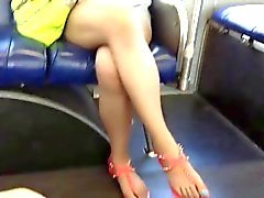 Patas de Asia desinteresadas y piernas en el de autobuses