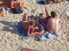 Group of pojat harrastamassa seksiä on the beach