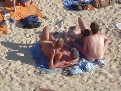 Grupp killar som ha sex på stranden i