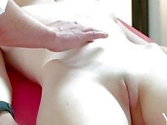 Yonitale: impressionante Emily Bloom tem uma massagem orgásmica