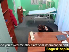 Real patienten cockrides hennes läkare på sjukhus
