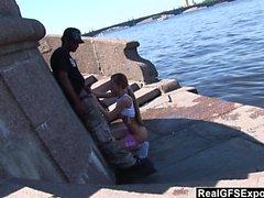 La bionda russa Olga incontra la BBC mentre fa jogging