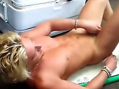 Suora vaaleita kimpale sotilaan myymälä strippaamalla