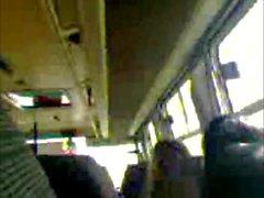 Rucken im öffentlichen Bus ab 2
