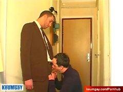 Volles Video: Ein netter unschuldiger Verkäufer bediente seinen großen Schwanz von einem Kerl