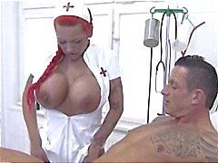 Pechugón la enfermera Redhead alemán da cabeza el paciente y se masturba