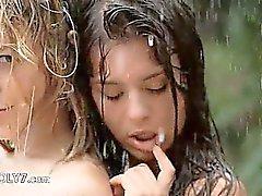 Härligt tonåringar i av regnet