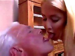 A enfermeira adolescente apresenta do ancião um bom check up