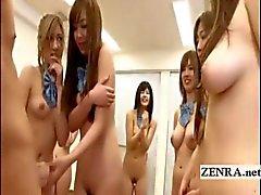 Grupo de los estudiantes nudist japonesa estira con el Pajón