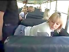 School Girl Blonde e do indivíduo asiático no The Bus