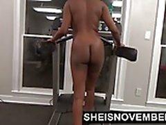 Ajuste Ebony Work Out Desnudo en el gimnasio y luego da mamada extraño