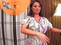Gorgeous Asian Asas Akira gibt ein hot massage