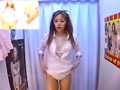 câmera escondida pega alguns bebês experimentando roupas em uma Changi