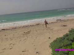 Ana Mancini bikini sexy sur la plage