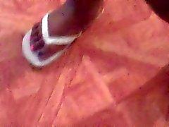 Dos pés de BBW de Ébano In Flip Flops brancas