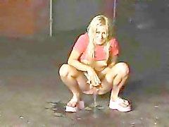 blonde plassen Infront van mensen