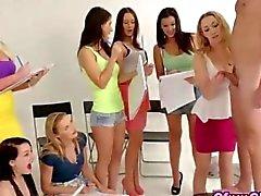 Cfnm Kunststudentinnen zu erniedrigen eines heißen männliches Modell