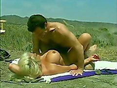 Clásica Hugetitted Chica golpeó en la playa