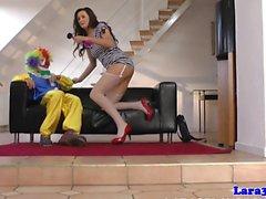 Bizzarra pussy milf britannica scopata da clown