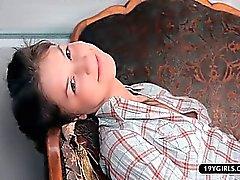 De Shy étudiant fille dissémination mou et le jouer maison seul