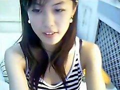 Sevimli Çinli kız hattı üzerinde çalış