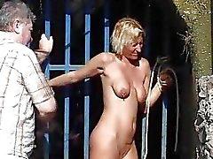 Freien peitschend der blonden Gemahlin im Sex Öffentlichkeit