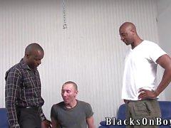 Divertente del ragazzo di lo smalto si fa inculare da uomini neri