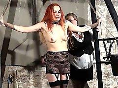 Redhead jogar escrava piercing Mary