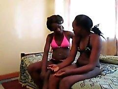 Afrikanische Lesben Urbi und Iverem genießen Dildofick