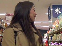 Asiatische Teens zeigen Schlüpfer japanisch