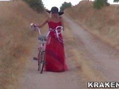 Видео Krakenhot - Voyeur с провокационной девушкой на открытом воздухе