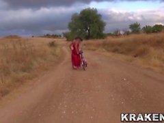 Krakenhot - Voyeur Video mit einem provozierenden Mädchen im Freien