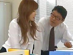 Secretária asiática de Tóquio com leite bum