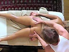 clients Les mauvaises pénétrés et baisé on table de massage