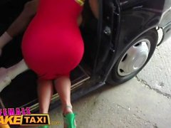 Nainen Fake Taxi Stud antaa makaavan blondi MILF creampie taksi konepelti