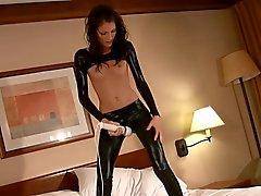 Sexy Teenager in der glänzende Masturbieren