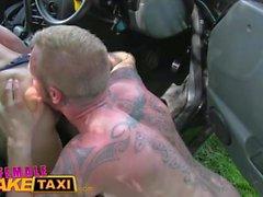 Kadın sahte taksi Busty squirting bebek becerdin ve sürücü koltuğuna facialised