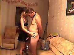 Enganando o cônjuge experimentando o strapo disciplinado por seu spo