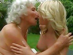 Geiles vollbusige Omi bumst jungen blonden
