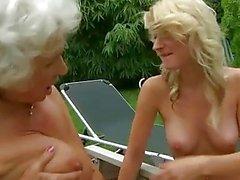 Granny gros seins Horny fucks jeune fille blonde