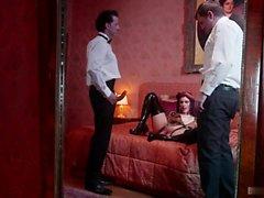 Mira Sunset является эксцентричной красной головой шлюхи с большими сиськами, которые ...