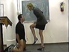 Auktoritär person stilrena lärarens får ballbusting lektion
