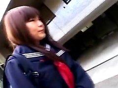 Écolière asiatique mignonne s'assied sur les toilettes et se fait