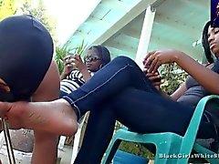 An den schwarzen Frauen-Füßen