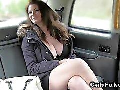Naturali enorme tette di Brit bussavano su un taxi