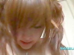Asian girl recebendo seu bichano estimulados com vibrador lambeu por seu namorado na cama O Roo