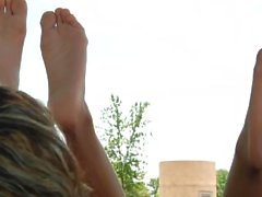 Zwei Damen zeigen Füße