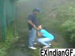 Muchacha india que da la cabeza y que consigue follada al aire libre